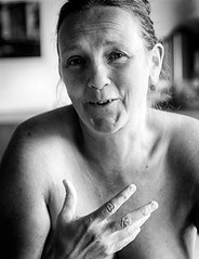 _909-101 (roberke) Tags: woman vrouw female femme portrait portret indoor binnen availablelight naturallight daglicht monochroom zwartwit blackwhite blackandwhite bw smile glimlach face gezicht hand