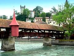 Suisse, le vieux Lucerne, une passerelle de bois (Roger-11-Narbonne) Tags: suisse ville lucerne lac rivière pont tour eau bois batiment passerelle