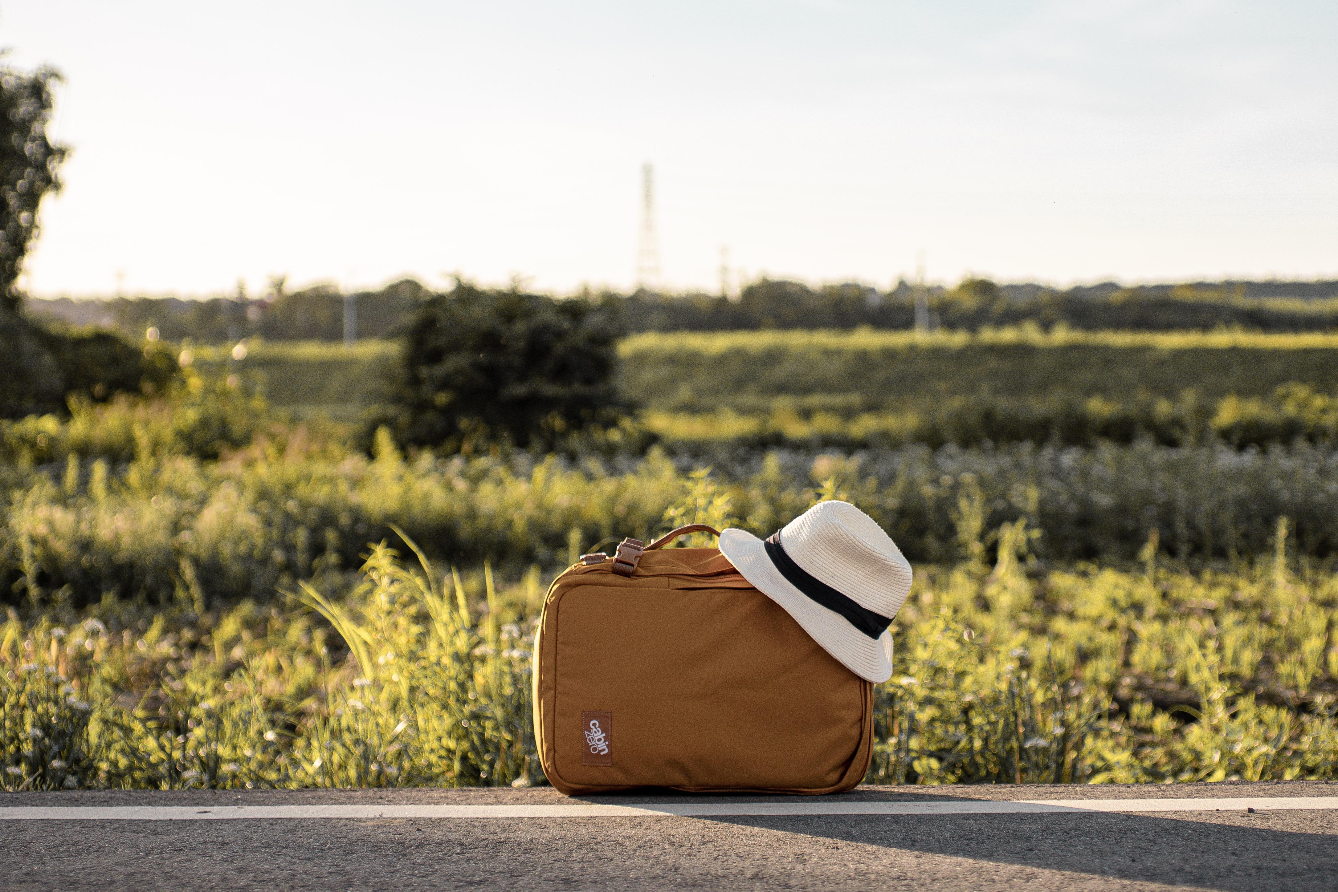 除了肩揹,背包上方、側邊都有把手可以手提,馬上切換為旅行袋模式