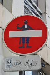 Clet_2735 rue de la Roquette Paris 11 (meuh1246) Tags: streetart paris clet ruedelaroquette paris11 cletabraham panneau