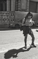 Chica con su sombra (carlos_ar2000) Tags: celular cell chica girl mujer woman bella beauty sexy calle street sombra shadow phone linda pretty gorgeous montserrat buenosaires argentina