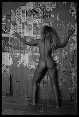 métisse  nue dans une chambre vide (villatte.philippe) Tags: métisse girl babes nu nue nude chamre vide bedroom urbex leica m7 trix bergger pmk dos black ebony buttocks fesse