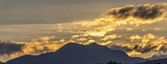 Amanecer (José M. Arboleda) Tags: paisaje amanecer salidadelsol bosque árbol montaña nube cielo bruma canon eos 5d markiv tamron sp150600mmf563divcusda011 josémarboledac