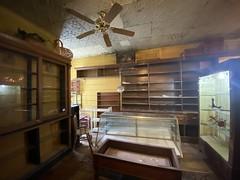 orland park antique store. september 2019 (timp37) Tags: orland park antique store illinois september 2019 empty shelves