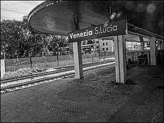 P9142362-B_fl-bw - die leere nahe der vielen (I) (gemischtersatz) Tags: santalucia venedig ve italien mirrorless mft olympus mzuiko olympusem10iii mzuiko1240mmf28pro bahnhof bw noiretblanc