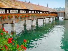 Suisse, le vieux Lucerne, le Pont de bois fleuries (Roger-11-Narbonne) Tags: suisse ville lucerne lac rivière pont tour eau bois batiment passerelle