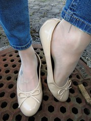 "new ""Andres Machado"" beige patent sabrinas - outdoor shoeplay (Isabelle.Sandrine2001) Tags: andresmachadobeigepatentballetflats shoes pumps ballet flats ballerinas sabrnas leather nylons feet legs stockings hose anklet tattoos"