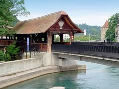Suisse, le vieux Lucerne, passerelle en bois d'une rive à l'autre (Roger-11-Narbonne) Tags: suisse ville lucerne lac rivière pont tour eau bois batiment passerelle