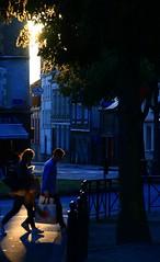 Pas à pas crépusculaire... (Tonton Gilles) Tags: alençon normandie heure dorée rai de lumière passage piéton silhouettes personnages pas place lancrel scène rue