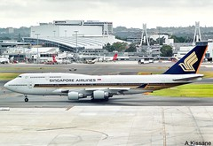 SINGAPORE AIRLINES B747 9V-SPA (Adrian.Kissane) Tags: 747 boeing jumbojet airline airliner jet plane aircraft aeroplane airport ramp taxing australia sky outdoors 26550 9vspa 712009 b747 sydney singapore