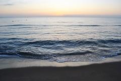 Sunrise on the beach of El Campello (En memoria de Zarpazos, mi valiente y mimoso tigre) Tags: alba amanecer sunrise spiaggia playa beach mare mar sea seascape sun sole sol orilladelmar shore alicante campello clouds skyscape sky skyfire nikon