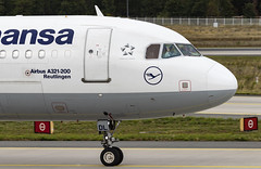 D-AIDL Airbus A321-200 Lufthansa FRA 2019-09-28 (1) (Marvin Mutz) Tags: daidl lufthansa airbus a321200 fra aviation planespotting avgeek aircraft airplane aeroplane plane pilot cockpit crew passenger travel transport jet jetliner airline airliner wings engines airport runway taxiway apron clouds sky flight flying wave waving hand frankfurt main rhein germany eddf