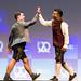 Felix Haas und Dan Ram geben sich High-Five zur Begrüßung und moderieren die Startup-Konferenz in bayrischer Tracht