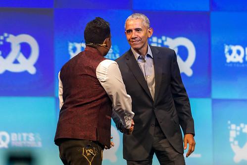 Speaker Dan Ram und Barack Obama schütteln sich zur Begrüßung die Hand, in der Messehalle in München, während des Oktoberfestes