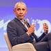 Barack Obama gestikuliert mit Mikrofon in der Hand, während des Interviews und Eröffnung der Start-up-Konferenz Bits & Pretzels