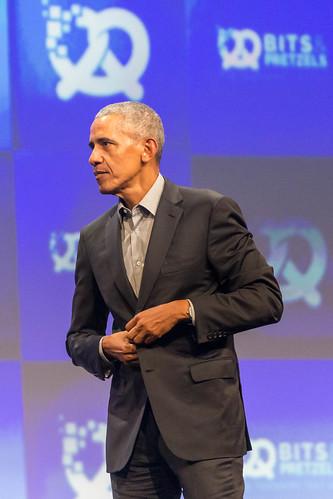 Barack Obama, 44. Präsident der USA, beim zuknöpfen des Jacketts, bei der Gründer-Konferenz Bits & Pretzels, während des Oktoberfests
