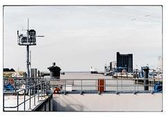 (schlomo jawotnik) Tags: 2019 juli emden ostfriesland hafen aussenhafen ems mündung schleuse kaimauer anleger frachtschiff pkw geländer hochspannungsleitung gebäude analog film kodak kodakproimage100 usw