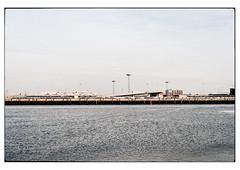 (schlomo jawotnik) Tags: 2019 juli emden aussenhafen hafen kaimauer autoverladung pkw wasser ems mündung nordsee gebäude brücke analog film kodak kodakproimage100 usw