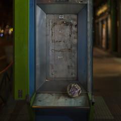 Out of service (Julio López Saguar) Tags: segundo juliolópezsaguar conversacionesensilencio talkinginsilence calle street ciudad city madrid españa spain noche night cabina telefonos phonebox abandonada abandoned