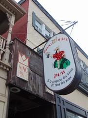 Le King Hall sign (Quevillon) Tags: estrie easterntownships cantonsdelest canada québec sherbrooke jacquescartier lekinghall bar ratebeer sign