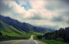 On the Road - Wyoming, USA [explored] (André-DD) Tags: road strasse usa unitedstatesofamerica auto autos car cars scenery landschaft wolken clouds berge mountain mountains berg wyoming urlaub vacation