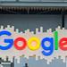 Beleuchtetes, farbenfrohes Google Logo hängt von der Decke in der Messehalle der Bits & Pretzels Gründermesse
