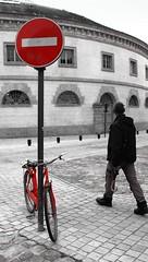 Déambulation rouge... (Tonton Gilles) Tags: alençon normandie halle au blé vélo vélocipède bicyclette personnage silhouette scène de rue noir et blanc partiel rouge panneau signalisation sens interdit graphisme pavés lignes
