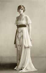 Damenmoden Ansichtskarte (zimmermann8821) Tags: damenfrisur damenmode frisur haarschmuck kopfschmuck mode kleid mannequin model postkarte atelierfotografie fotografie fotografiekoloriert vorführdame