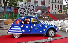 Canada: Québec City, 2CV on the red carpet (Henk Binnendijk) Tags: citroën 2cv deuxchevaux promotioncar quebeccityfilmfestival qcff québeccity canada eend geit lelijkeeend classic car québec quebec uglyduck promo2cv flattire