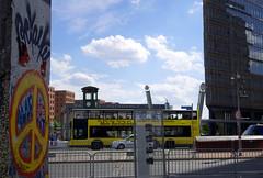 Paix et Amour (Atreides59) Tags: berlin mur mauer berliner murdeberlin berlinermauer allemagne deutschland germany ciel sky nuages clouds urban urbain street jaune yellow bleu blue bus pentax k30 k 30 pentaxart histoire history atreides atreides59 cedriclafrance