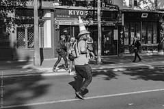 Travailler du chapeau ou tête de cône. Paris, septembre 2019 (Bernard Pichon) Tags: paris france bpi760 fr75 travaux funny défilée