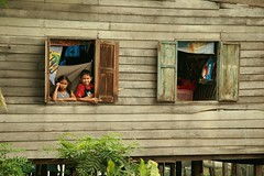 brother and sister in a window (the foreign photographer - ฝรั่งถ่) Tags: brother sister window khlong thanon portraits bangkhen bangkok thailand canon