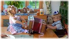 Schifferklavier / Accordion (Mariner piano) (ursula.valtiner) Tags: puppe doll luis bärbel künstlerpuppe masterpiecedoll dirndl dirndldress lederhose leathertrousers ziehharmonika accordion oktoberfest munichbeerfestival