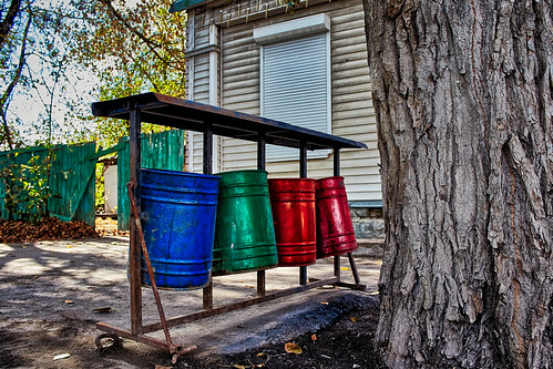 Litter bins of different colors? ©  Staropramen1969