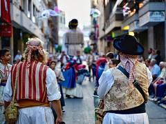 Esperando. (lpolari@) Tags: 2875mmf28 tamron sony tradiciones costumbres pueblos fiestaspopulares fiestas gente