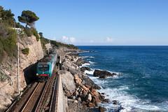 Classico passato (Damiano Piovanelli) Tags: treno treni ferrovie ferrovia ferroviedellostato trenitalia e464 e464426 liguria ponente