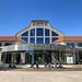 Das Deutsche Museum Verkehrszentrum von außen an einem sonnigen Tag mit blauem Himmel als Hintergrund