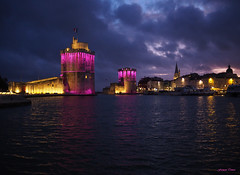 Octobre rose à La Rochelle !!! (François Tomasi) Tags: larochelle françoistomasi 2019 villedelarochelle nuit soir night liguecontrelecancer rose pink cancer tours patrimoinedefrance architecture groupejustedutalent borddemer océan atlantique mer sea eau water charentemaritime sudouest france french europe pointdevue pointofview pov lights light lumière iso filtre colors color couleurs couleur octobre tourisme travel voyage lr 17000 digital numérique sombre dark clouds cloud nuages nuage ciel sky éclairage photo photographie photography 17