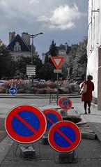 Est-ce bien clair ? (Tonton Gilles) Tags: alençon normandie scène de rue panneaux routiers interdiction stationner bleu rouge cédez le passage triangle rond personnage silhouette fleurs