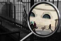 Miroir de rue... (Tonton Gilles) Tags: alençon normandie halle au blé reflets rétroviseur noir et blanc partiel scooter passants piétons cercle scène de rue silhouettes personnages