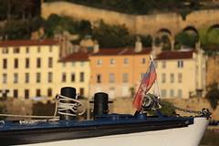 Bords de Saône (3) (denisg.photo@orange.fr) Tags: canoneos6d saône lyon bateau maisons drapeau boat buildings flag