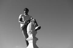 Alli arriba, en lo alto (samarrakaton) Tags: samarrakaton nikon d750 2470 bilbao bilbo bizkaia fiestas popularparties astenagusia 2019 byn bw blancoynegro blackandwhite monocromo people gente street callejera