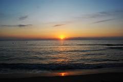 Sunrise on the beach of El Campello (En memoria de Zarpazos, mi valiente y mimoso tigre) Tags: seascape sea mar mare sunrise amanecer alba beach playa spiaggia orilla seashore sky waves nikon campello