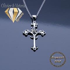 Croix avec sa rose et ses feuilles en argent (olivier_victoria) Tags: argent 925 pendentif croix zircon feuille rose noir chaine brillant