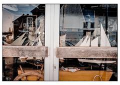 (schlomo jawotnik) Tags: 2019 juli emden türe schaufenster maritim boote schiffe modell segel steuerrad jungekommbaldwieder spiegelung pkw gebäude film analog kodak kodakproimage100 usw