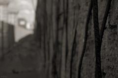 Infranchissable (Atreides59) Tags: berlin deutschland allemagne germany mur mauer murdeberlin berliner berlinermauer ciel sky nuages clouds histoire history black white bw blackandwhite noir blanc nb noiretblanc pentax k30 k 30 pentaxart atreides atreides59 cedriclafrance