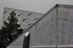 Zwei Zelte (monochromer Tag 3) (Rüdiger Stehn (Thanks for view!)) Tags: 2000s 2000er stadt bauwerk mitteleuropa europa schleswigholstein deutschland norddeutschland canoneos550d rüdigerstehn kiel 2019 kielravensberg germany denkmalgeschützt profanbau zelt architektur fassade gebäude cau christianalbrechtsuniversitätzukiel christianalbrechtsuniversität audimax auditoriummaximum wilhelmnevelingarch christianalbrechtsplatz christianalbrechtplatzkiel cap olshausenstrase giebel