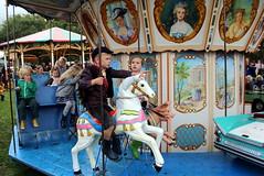 That way!! (Davydutchy) Tags: nijhoarne nieuwehorne fryslân friesland frisia frise nederland niederlande netherlands paysbas holland flaeijel flaeijelfeest flaeijelfestival feast festival village dorpsfeest kermis funfair fair kirmes výstaviště rummel rummelplatz merke draaimolen merrygoround carrousel boy girl horse september 2019