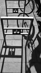 Graphisme cyclique ! (Tonton Gilles) Tags: graphisme garage à vélos vélocipède bicyclette ombres lignes roue noir et blanc