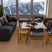 Wohnzimmerecke im Gemeinschaftsbüro des Coworking-Space WeWork, mit Blick auf Köln